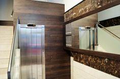 Acceso a ascensor y mueble espejo-buzones