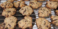 Enhver vil elske disse lækre cookies med chokolade og nødder. De er nemme at lave i en fart, når du vil byde på noget og skal kun have 8 minutter i ovnen.