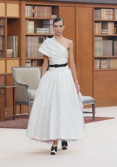 Explore the complete Look 62 from the Fall-Winter Haute-Couture at CHANEL, and explore the latest silhouettes and styles from the house of CHANEL. Haute Couture Looks, Style Couture, Haute Couture Fashion, Chanel Couture, Wedding Dress Trends, New Wedding Dresses, High End Fashion, Only Fashion, Coco Chanel Fashion