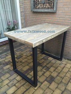 bartafel met metalen onderstel en blad van steigerhout