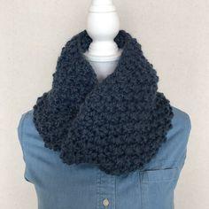 日本未入荷の超極太糸で編んだスヌードです手☆ポコポコとした編み目とたっぷりのボリュームが特徴です。ウールとアクリル混ですので、チクチクしにくく暖かいです。顔周りにボリュームをもってくることで、小顔効果とスタイルアップが期待できます♪サイズ:長さ約70cm 幅25cm    素材:アクリル80% 、ウール20%重量:約280g*お洗濯は手洗いでお願いします。乾燥機は絶対に使用なさらないでください。*モニター環境により、写真と実物の色が若干異なることがございます。色などの理由による交換・ご返金は致しかねます。*サイズは多少の誤差がある場合がございます冬支度ハンドメイド2016