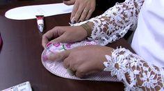 Mulher.com 08/05/2015 Claudia Ferreira - Pantufas em tecido sem costura Beaded Sandals, Handicraft, Fabric Crafts, Textiles, Flip Flops, Arts And Crafts, Slippers, Couture, Sewing