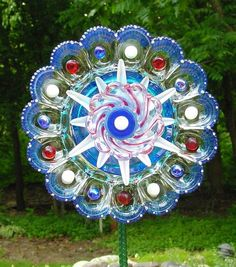 Upcycled Garden Glass Flowers Made of Old Plates Your garden won't be the same when you see these amazing DIY garden glass flowers. When we say flowe. Glass Garden Flowers, Glass Plate Flowers, Glass Garden Art, Flower Plates, Glass Art, Garden Totems, Garden Fountains, Garden Stakes, Glass Candle