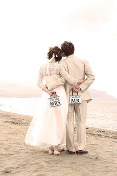 インスタで見つけた*自由な前撮り「ロケーションフォト」が楽しそうすぎて羨ましい♡にて紹介している画像 Cute Photography, Wedding Photography, Holding Flowers, Wedding Book, Wedding Stuff, Bridal Hair, Wedding Photos, Photoshoot, Poses