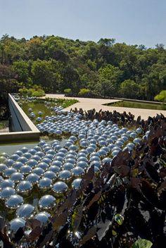 yakoi kusama, instalação narcissus garden, instituto inhotim | foto: pedro motta