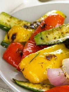 ARC-EN-CIEL DE LÉGUMES GRILLÉS À LA PLANCHA. Lavez vos légumes et séchez-les. Taillez les courgettes et l'aubergine dans le sens de la hauteur en tranches de 1 cm. Coupez les poivrons en fines lanières. Ensuite... http://www.verycook.com/blog/plat-plancha/arc-en-ciel-de-legumes-grilles