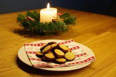 Die Weihnachtsmärkte sind geöffnet, die Schaufenster in der Stadt weihnachtlich dekoriert und der Duft von frisch gebackenen Plätzchen liegt in der Luft. Letzteres natürlich auch bei mir in der Küche… 🙂 Store Windows, Fresh, City, Bakken, Christmas, Simple