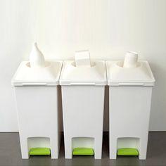 Nos encontramos con estos creativos basureros, un diseño de vanguardia, tal y como nos gusta en las grullas, y aparte diseñado para reciclar, apoyemos el medio ambiente.