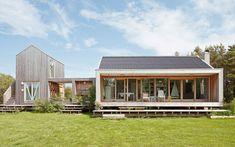 """Modernt hus A2451 """"Ett gammalt sommarställe har efter en totalrenovering fått ett helt nytt uttryck och blivit ett sommarnöje för flera generationer."""" Fritidshus med karaktär. A2451 består av två kroppar. En (85 kvm) med kök, badrum och gemensamt utrymme med öppen spis och generös takhöjd. En (27 kvm),"""
