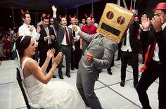 Patricia y Luis disfrutando su recepción de boda - Foto Evgenia Kostiaeva