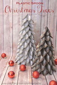 Cómo hacer un árbol de Navidad con cucharas de plástico usadas. Ideas para hacer ornamentos navideños con las cucharas de las fiestas de cumpleaños.