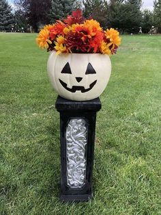 Halloween Outdoor Decorations which is a feature for Waste Not Wednesday-222 by Chas' Crazy Creations   www.raggedy-bits.com Diy Halloween Costumes, Diy Halloween Decorations, Easy Halloween, Halloween Pumpkins, Outdoor Decorations, Halloween Crafts, Halloween 2020, Plastic Pumpkins, Glass Pumpkins