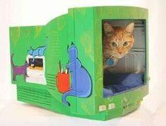 Casa de gato com monitor antigo