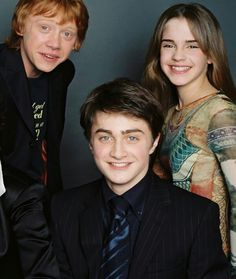 Daniel Radcliffe, Rupert Grint, and Emma Watson attend a photoshoot (sometime ar. - Daniel Radcliffe, Rupert Grint, and Emma Watson attend a photoshoot (sometime around The Prisoner i - Harry James Potter, Daniel Radcliffe Harry Potter, Mundo Harry Potter, Harry Potter Jokes, Harry Potter Pictures, Harry Potter Universal, Harry Potter Fandom, Harry Potter Characters, Harry Potter World