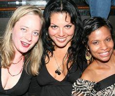 Sara Ramirez na despedida de solteira da Kate Walsh ,a morena ao lado dela é a Keisha , esposa Justin Chambers , a outra não consegui descobrir quem é .