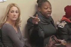 Cuando lleva a su novia blanca a una peluquería en un barrio de afroamericanos, esto sucede…