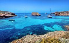 Blue Lagoon sur l'île de Comino, Malte. http://www.lonelyplanet.fr/article/les-plus-belles-plages-de-malte-et-gozo #bluelagoon #île #Comino #Malte #plage #crique #beach #voyage