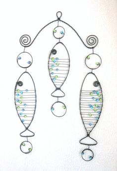 Závěs pstruhový Závěs je zhotoven z černého žíhaného drátu, který je ozdoben skleněnými perličkami. Délka závěsu je cca 29cm ašířka cca 18 cm. Velikost rybiček je cca 13x4 cm a cca 4x10 cm. Můžete ho zavěsit na okno, lustr, kdekoliv..... Možno vyrobit i závěs s jinou barvou perliček. Drát je ošetřen proti korozi, ovšem při velké vlhkosti může chytit patinu ...