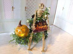 Halloween Szene mit beleuchtetem Kürbis für die Puppenstube