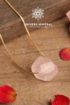 Découvrez ce magnifique collier bijou en quartz rose poli, montée sur une chaîne en maillefine et élégante . Cette pièce simple et minimaliste révèlera votre féminité tout en vous délivrant les vertus de sa pierre Quartz Rose, Simple, Minimalist, Everything