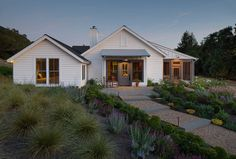 Farmhouse front yard landscaping farmhouse landscaping exterior with patio extension leaf old beautiful small farmhouse porch Farmhouse Landscaping, Modern Farmhouse Exterior, Farmhouse Front, Modern Farmhouse Style, Landscaping Design, Farmhouse Windows, Landscaping Plants, Metal Building Homes, Building A House
