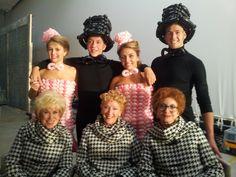 Ballonjurkjes en hoeden voor de dansers voor een aflevering van 't Schaep met de 5 pooten