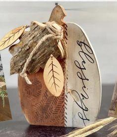 Wood Log Crafts, Fall Wood Crafts, Chalk Crafts, Autumn Crafts, Decor Crafts, Christmas Crafts, Wooden Pumpkins, Fall Pumpkins, Diy Projects For Fall