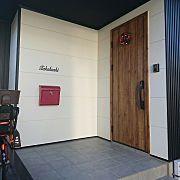 Entrance,玄関ドア,玄関タイル,アイアン表札,赤いポスト,黒い家に関連する他の写真