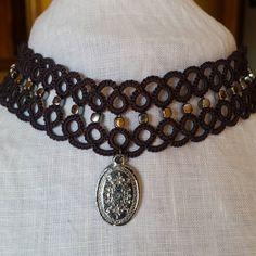 Collarino in grigio scuro perline argento e medaglia... #accessori #donna #moda #fashion  #chiacchierino #tatting #tattinglace #frivolite #cristalli #collana #girocollo #cotone #collarino #perline by la_fata_artigiana