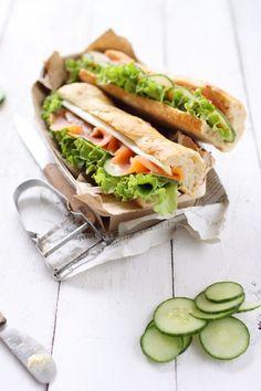 Sandwich au saumon fumé, concombre, asperge, salade et beurre dagrumes