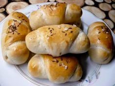 Běžným způsobem zaděláme kynuté těsto. Nejlépe to půjde v domácí pekárně, kde jako první do nádoby dáme vlažnou vodu, pak jogurt, olej, prosátou… Hamburger, Bread, Food, Brot, Essen, Baking, Burgers, Meals, Breads