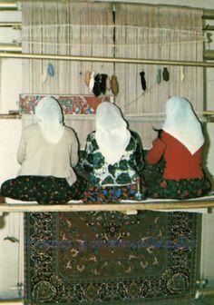 La alfombra más antigua que conocemos proviene de una tumba escita descubierta en Pazyryk, en Asia central. Tiene veinticinco siglos. Su gran belleza y su técnica perfecta prueban que la fabricación de alfombras era un arte ancestral en Oriente.  http://www.trucosymanualidades.com/