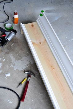 How to install curvy trim and crown molding on an easy DIY wood window cornice box Window Cornice Diy, Cornice Box, Wood Cornice, Wood Valance, Window Cornices, Cornice Boards, Window Coverings, Window Treatments, Rustic Valances