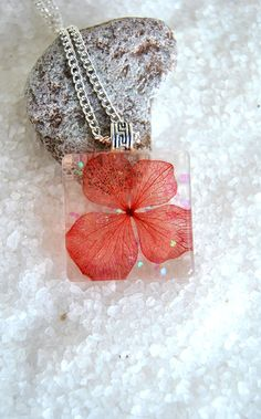 Resin Pendant with Real Dried Flower of Red por MultiDecorArtesania