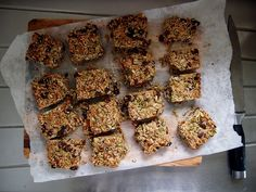 the tastiest granola snack bars- petite kitchen Granola, Healthy Desserts, Healthy Recipes, Healthy Food, Petite Kitchen, Snack Bar, Tasty, Sweets, Vegetables