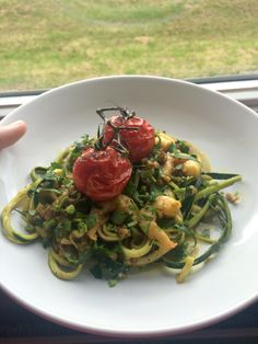 Spaghetti van courgette met garnalen, kerrie en gepofte tomaten