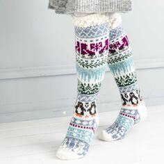 Talviaiheiset kirjoneulesukat ovat Merja Ojanperän uutuusmalli. Nappaa tästä sukkien neuleohje ja tulostettavat kuviokaaviot ja innostu neulomaan!