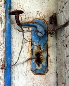 Love the Colors! Old Door Knobs, Door Knobs And Knockers, Knobs And Handles, Door Handles, Old Doors, Windows And Doors, Rust Never Sleeps, Old Keys, Peeling Paint