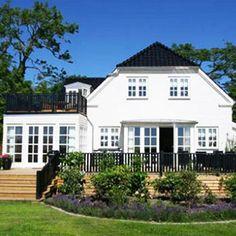 Drømmer du om en klassisk palævilla har Lind & Risør opført denne skønne bolig, få inspiration til dit eget byggeri her. Wooden Decks, House Goals, My Dream Home, Future House, Beautiful Homes, Pergola, Sweet Home, New Homes, Home And Garden