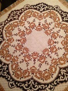 #ukrainianstyle Los bordados de mi madre - вишивка моєї мами. Cross Stitch Embroidery, Cross Stitch Patterns, Cross Stitch Flowers, Rug Hooking, Bargello, Needlepoint, Diy And Crafts, Ornaments, Pillows
