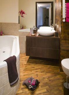 Kleines Bad Gestaltungsidee Fliesen Holzoptik Badewanne Schiebetueren    Badezimmer Ideen   Pinterest
