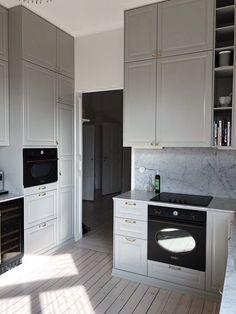 60 Kitchens with mirrors - beautiful photos - Home Fashion Trend Real Kitchen, Kitchen Redo, Grey Kitchens, Home Kitchens, Kitchen Interior, Interior Design Living Room, White Kitchen Inspiration, Grey Kitchen Designs, Ikea Decor