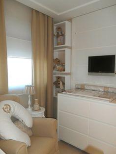 Persiana, nichos com ursinhos, tv na parede, torcador e poltrona amamentação com mesinha com abajur ao lado - Atelier Rastro de Tinta