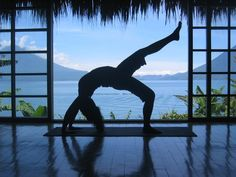 IDEAL LIFE: workouts space with a view! - Awesome yoga studio with beautiful view! Relaxing Pictures, Yoga Pictures, Zen, Yoga For Stress Relief, Chair Yoga, Yoga Posen, Bikram Yoga, Free Yoga, Yoga Fashion