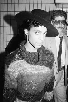 Prince with tour manager Alan Leeds in the background, Gatwick Airport, London 1986 Tour Manager, Roger Nelson, Prince Rogers Nelson, Purple Reign, Beautiful One, American Singers, Record Producer, New Wave, Actors