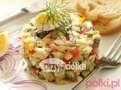 Tatar ze śledzia  Tego potrzebujesz:      4 filety śledziowe matjas     czerwona cebula     2 ogórki małosolne     3 grzybki marynowane     po 1 papryki czerwonej i żółtej     2 jajka ugotowane na twardo     3 łyżki oleju     kilka kropel soku z cytryny     pieprz No Cook Appetizers, Appetizer Salads, Dinner Dishes, Fruit Salad, Pasta Salad, Potato Salad, Macaroni And Cheese, Fries, Buffet