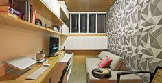 Neste projeto executado pela arquiteta Marina Dubal, o escritório e a sala de estar ficam integrados. O papel de parede geométrico, da Tok Stok serve de pano de fundo para o ambiente.