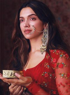 Deepika Padukone// bajirao mastani          -pinterest: susethi Bengali Makeup, Dulhan Makeup, Indian Makeup, Deepika Padukone Dresses, Deepika Padukone Makeup, Deewani Mastani Dress, Bollywood Style, Bollywood Actors, Bollywood Celebrities