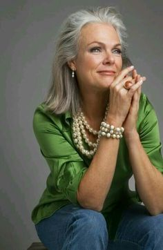 Love the green with the pearls! And the silver hair. Stylish women with grey hair look confident and effortless showing that age is just a number. Fashion Over 50, Look Fashion, Cheap Fashion, Fashion Women, Mode Ab 50, Cooler Look, Advanced Style, Ageless Beauty, Going Gray