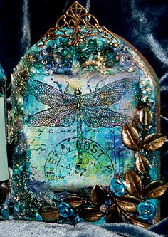 Dragon fly glass art Twist: reflection and similar colors object not natural place. Mosaic Glass, Stained Glass, Glass Art, Bernardo Y Bianca, Dragons, Dragonfly Art, Dragonfly Jewelry, Altered Bottles, Or Antique